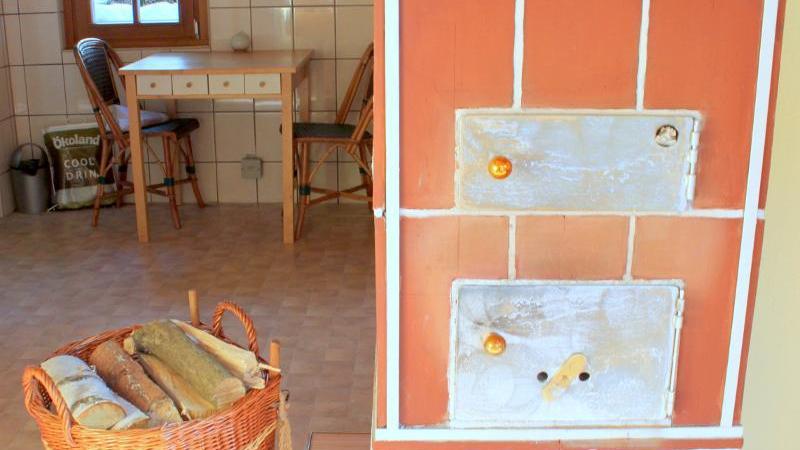Der Wohnbereich im Hauptbungalow mit romantischem Holzofen