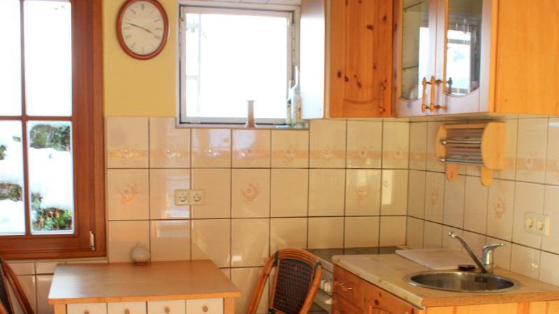 Die Küche im Hauptbungalow mit Spüle und Sitzgruppe