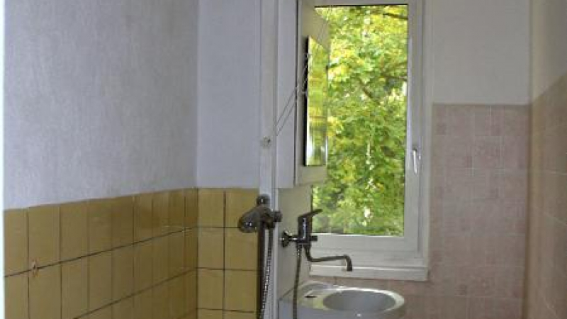 Das Badezimmer ist mit einer Badewanne und einer Duschbrause ausgestattet.