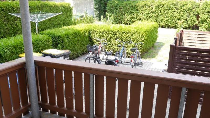 und einen attraktiven Blick vom Balkon auf einen grünen Innenhof.