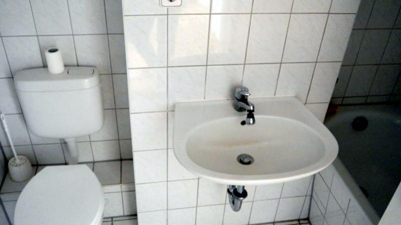 und verfügt über ein innenliegendes Badezimmer mit Badewanne.