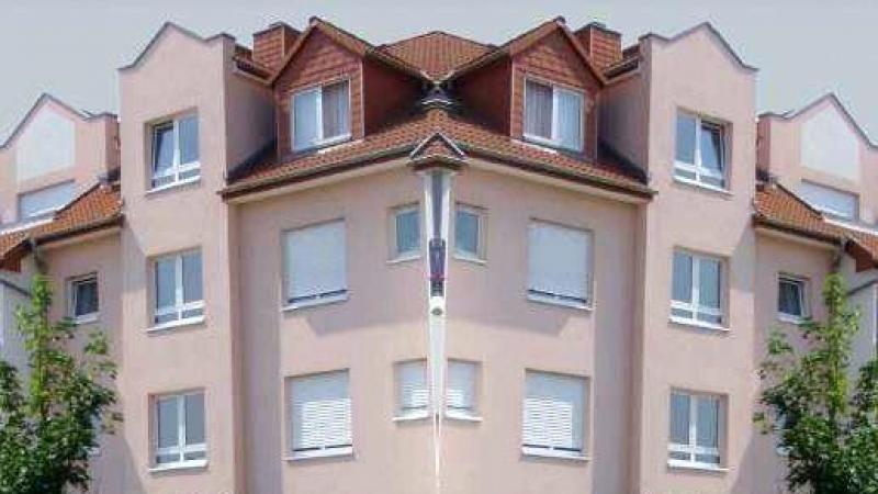 In dem Wohnhaus (Abb. 7+9) sind über vier Geschosse nebst