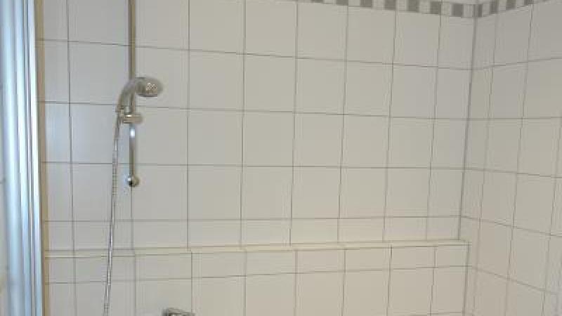 Das Bad verfügt über eine kombinierte Bade- und Duschwanne