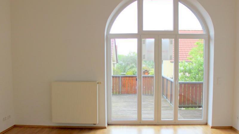 Über das helle, große Wohnzimmer mit seinem großen Rundbogenfenster