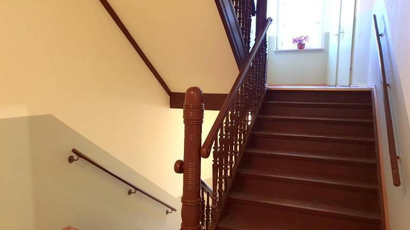 ist im 2. Obergeschoss über einen Lift erreichbar.