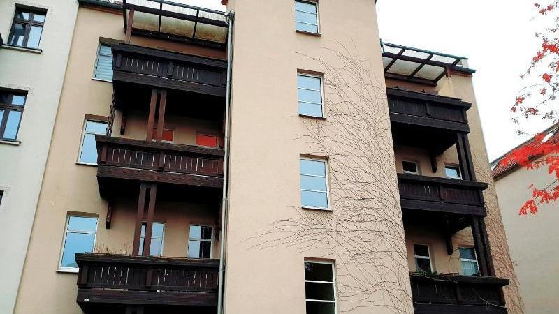 Der Balkon grenzt an den Wohnbereich an.