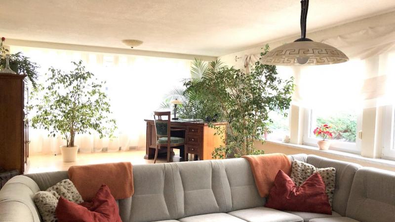 das Wohnzimmer mit offenem Essbereich,
