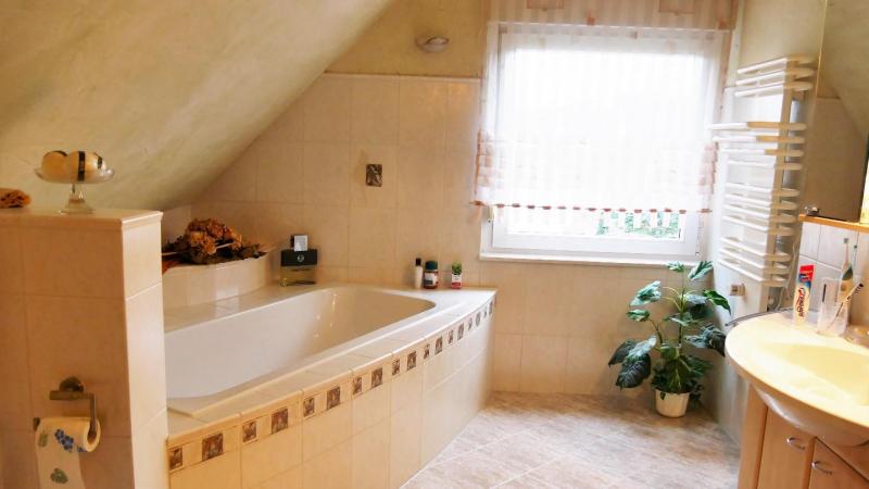 und ein großzügiges Badezimmer